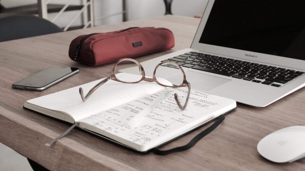 okuliare na pracovnom stole