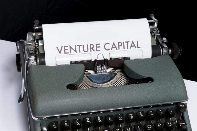 Písací stroj s nápisom venture capital