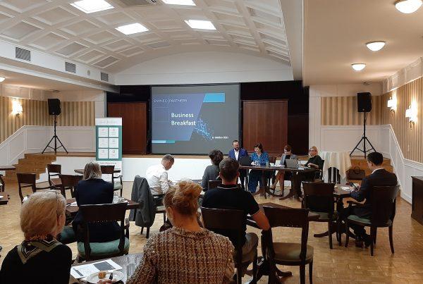 Účastníci biznis raňajok pri otvorení prezentácií